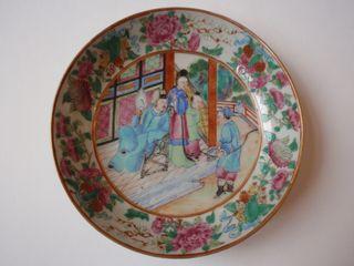 Chinese famille rose medallion saucer, early 19th C